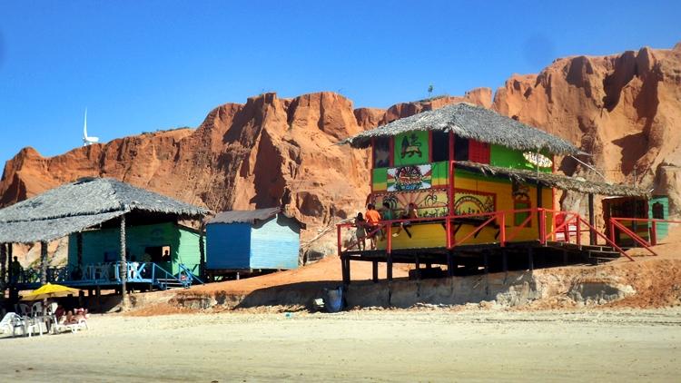 Comércio, barracas e falésias em Canoa Quebrada